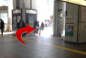 昭和通り方面の改札口を出てすぐ右側に回ります。そこにみどりの窓口があります。